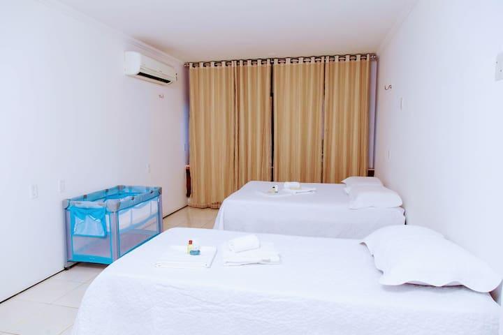 QUARTO 4: cama de casal, cama de solteiro, ar-condicionado, banheiro e chuveiro quente.