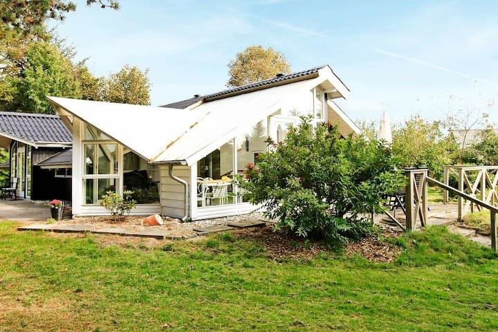 Entspannendes Ferienhaus in Oksbol, Jütland mit Rasen