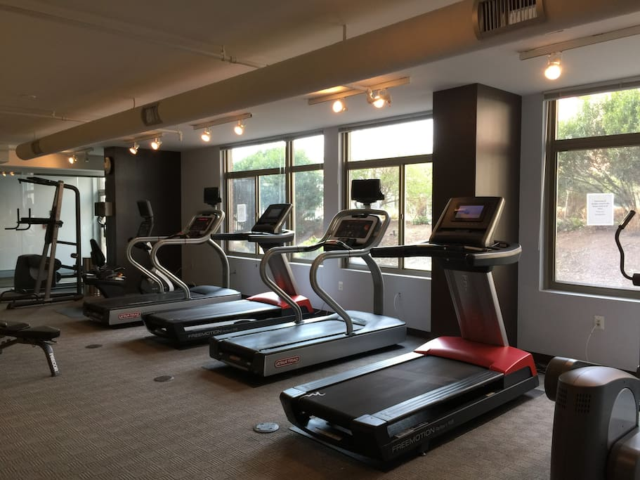 Spacious 2 bedrooms 2 full bathrooms with gym open 24 hours & free parking - great base for traveling to DC, Arlington & Alexandria, Virginia!