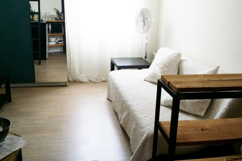 Le canapé du séjour est convertible en lit 2 places, un couchage qui se rajoute au lit de 2 personnes qui se trouve en mezzanine