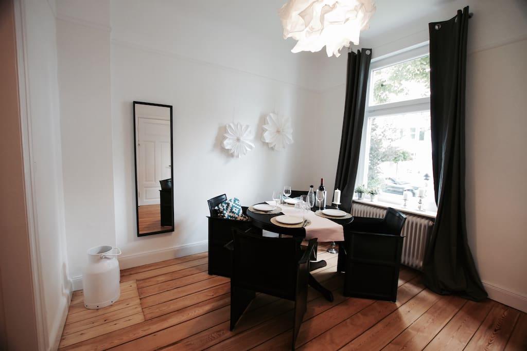 Das Esszimmer mit großem Tisch und bequemen Ledersesseln lädt zum gemütlichen Beisammensein ein.