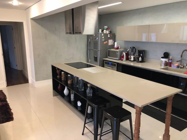 Apartamento de alto padrão em condomínio de luxo.