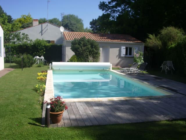 maisonnette avec piscine entre forêt et océan