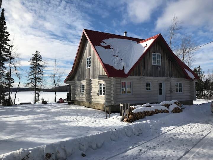 Year round lakefront log cottage near ski hill