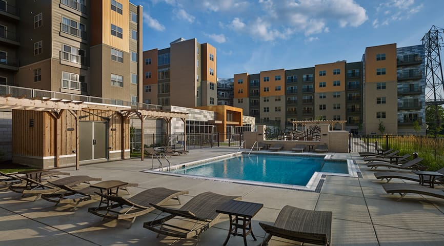 Luxurious 1BR w/ pool in the heart of Pittsburgh