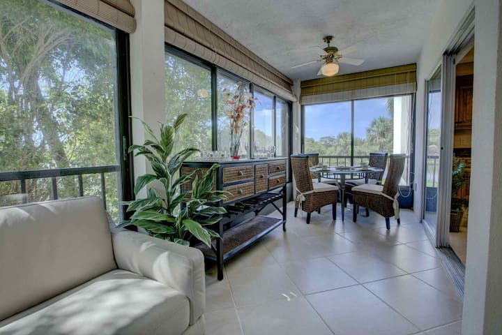 Water View w/Private Beach on Siesta Key, 2 Pools, Clubhouse, Walk to Siesta Key Village, Renovated.