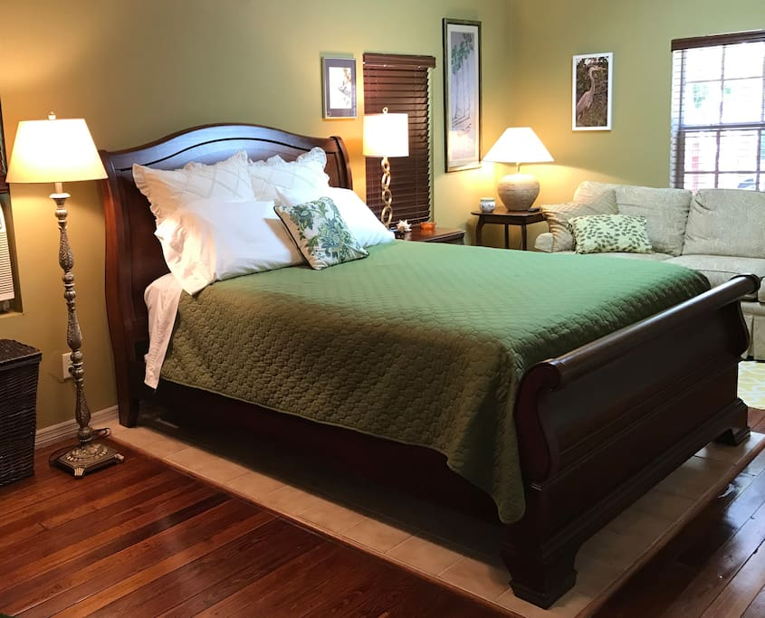 Comfortable Queen-size bed, smooth sheets!