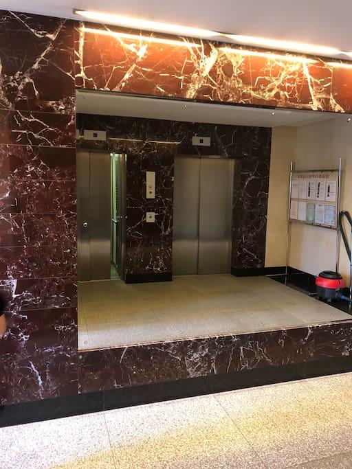 Представительский подъезд, консьерж, лифты.