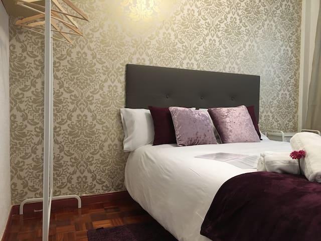 Golden Bedroom in Madrid Río & WiFi