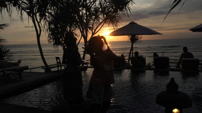 Front beach and best sunset place in lembongan
