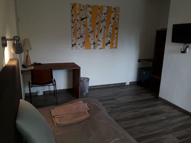 A2 Snedkerlund - Nyrenoveret værelse med eget bad.