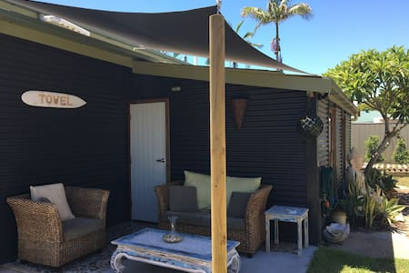 King's Cottage: Room by the Pier - Urangan - Rumah