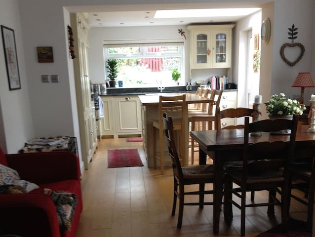 B&B for six, three bedrooms, 15 mins from Cardiff