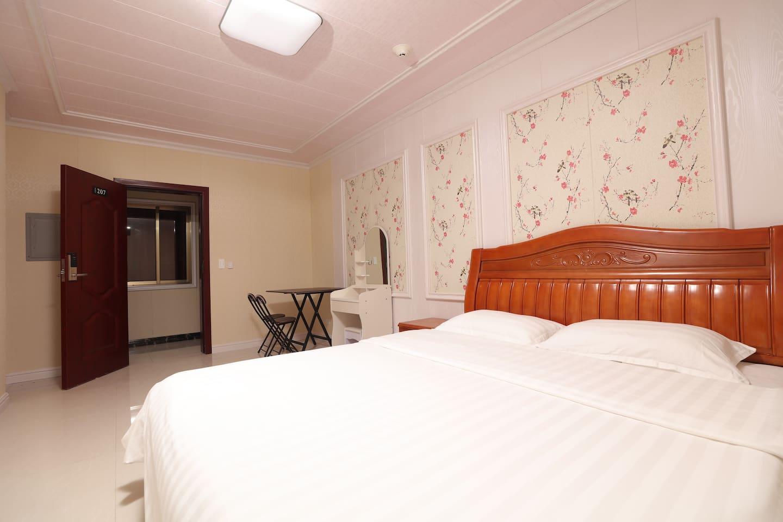 有单床,是一张大的双人床,也有双床房可一张双人床一张小床