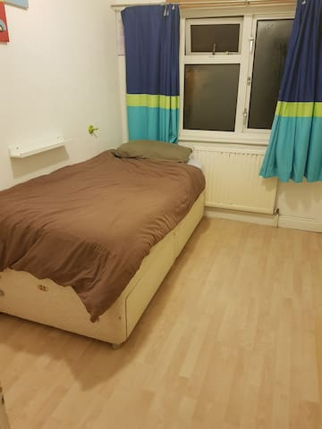 Comfortable single room in family home!