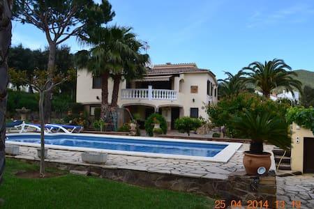 Belle villa avec piscine a 10 min de la mer - カロンジュ - 別荘
