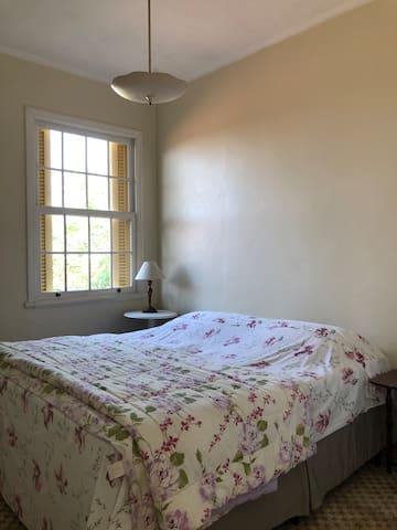 Cama king size do dormitório grande