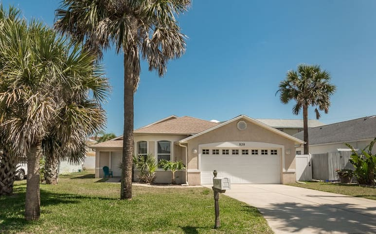 3 Bedroom Pool Home - Walking Distance to the Beach! 828H
