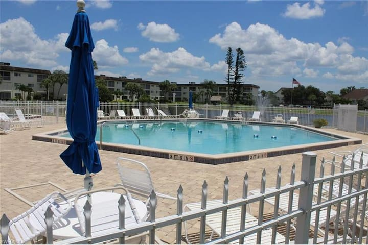 NAPLES  2BD/2BA  LAKESIDE CONDO
