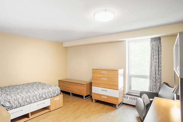 Backpacker Student @ Bishop's University - Private Double Room w Shared Bathroom