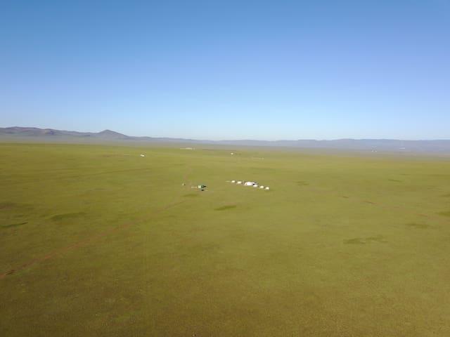大草原のど真ん中にあるエルデネツーリストキャンプ