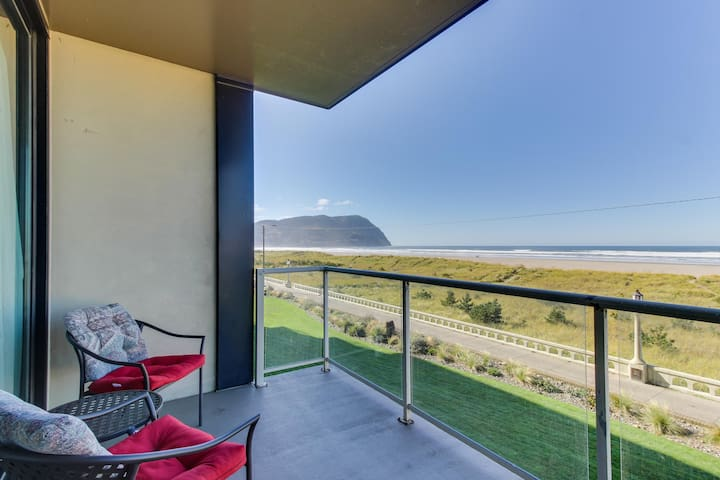 Lovely oceanfront condo with easy beach access, shared pool & sauna. Dogs ok!