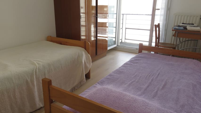 Chambre avec balcon  proche du centre
