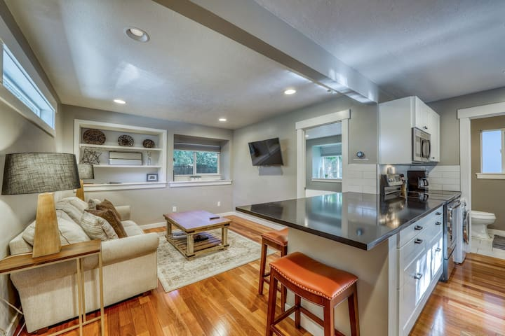 Cozy, contemporary cottage w/ deck - walk to downtown, parks/reserves nearby!