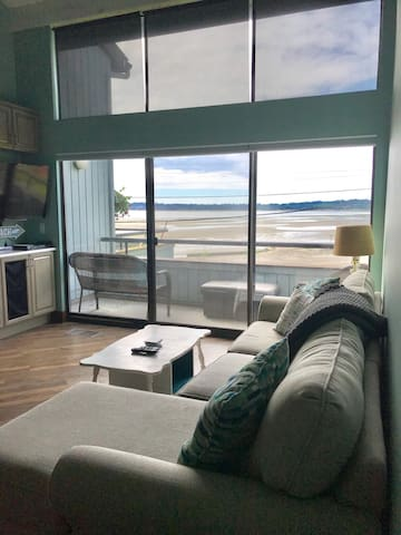NEW!! Luxurious bayview condo steps from the beach