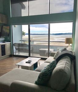 Luxurious bayview condo steps from the beach