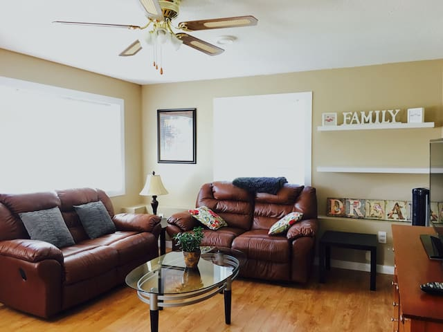 Homey Walkout Basement Suite and Close to Downtown