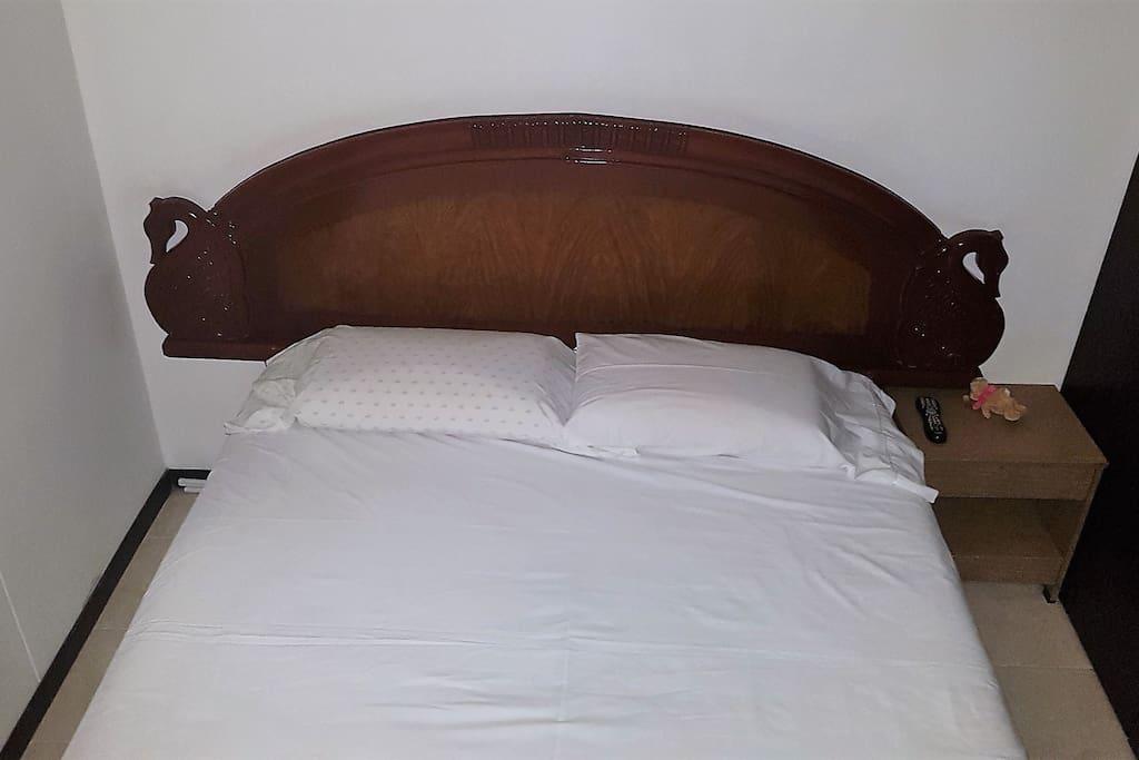 Amplia cama Queen 1.8x 2 mts