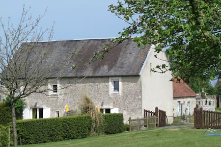 Cottage on farmyard ; Normandy - Géfosse-Fontenay