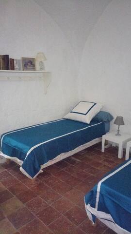 Chambre idéalement pour enfants car pas de porte et jouxtant la grande chambre parentale ( qui a une porte ) - salle d'en bain a partage ac la chambre parentale ( accès via la chambre parentale )