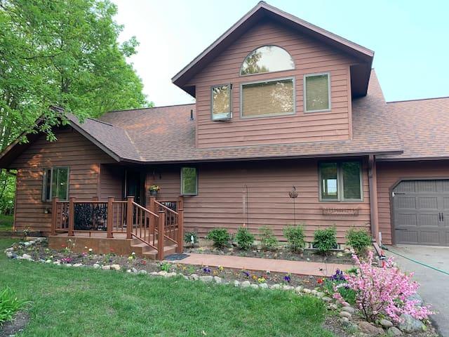 Idyllic Lake House In Quiet Woodland Setting