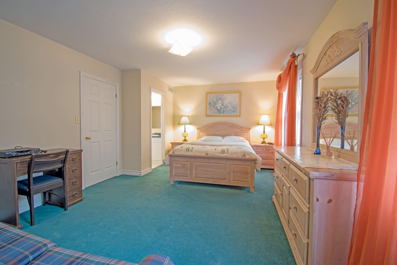 主卧室:房间面积18平方米,内有一张Queen  size双人床,还配有一张sofa bed, 可容纳4人休息,配有步入式衣橱。