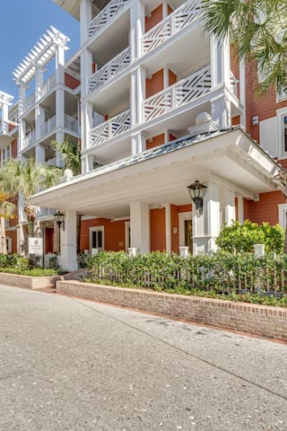 In the Heart of the Village of Baytowne Wharf!