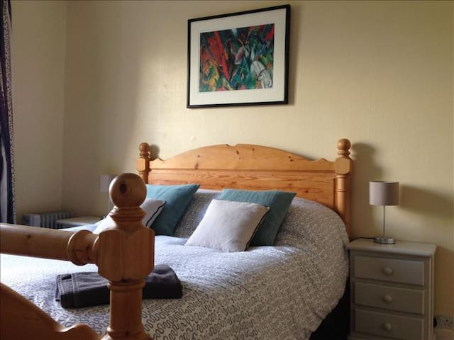 Specious double room: Colthop Manor - West Berkshire
