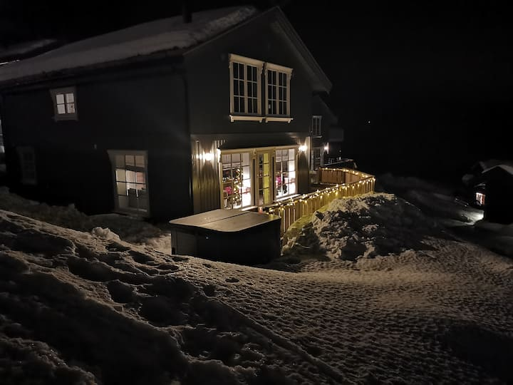Moderne ski in/ ski out hytte med flott utsikt