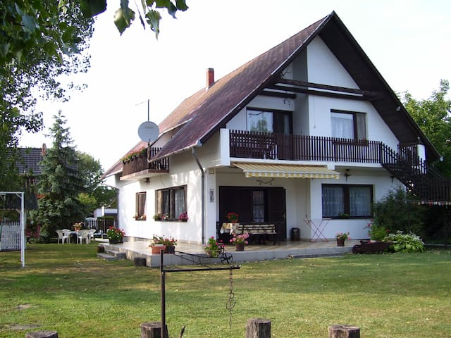 Country style at the lake Balaton - Balatonlelle - Huoneisto