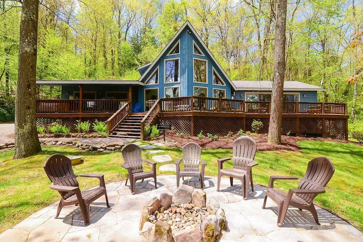 Dog friendly lake access home with dock slip, hot tub, pool table and fireplace!