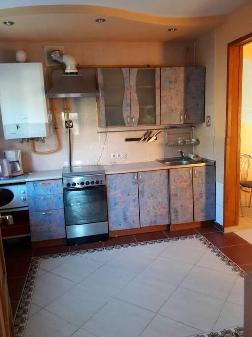 Кухня :центральные газ и вода , бытовая техника . Достаточное количество посуды и кухонные принадлежности для большой компании