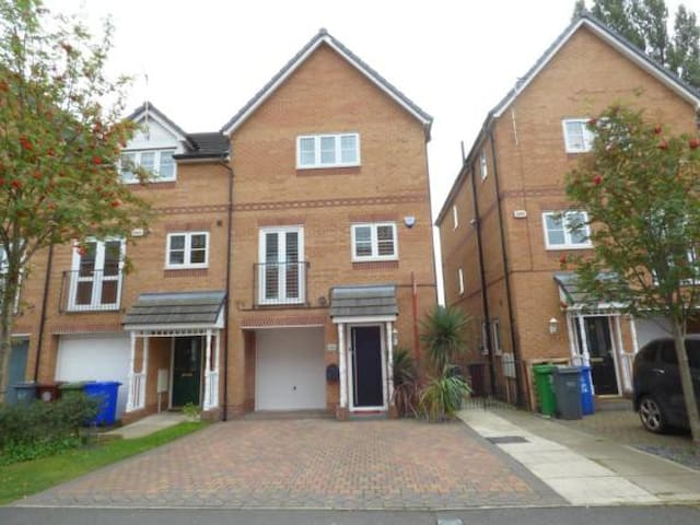 Gorgeous 4 Bed Home 10mins from Manchester Airport