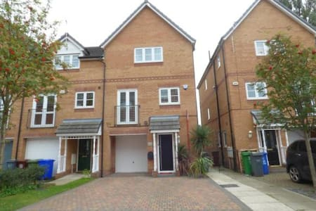 Gorgeous 8 Bed Home - Sleeps 13 - Close to Airport