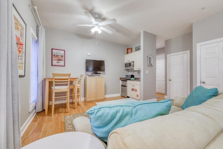 Cozy studio near the beach w/bright interior, shared pool, & prime location