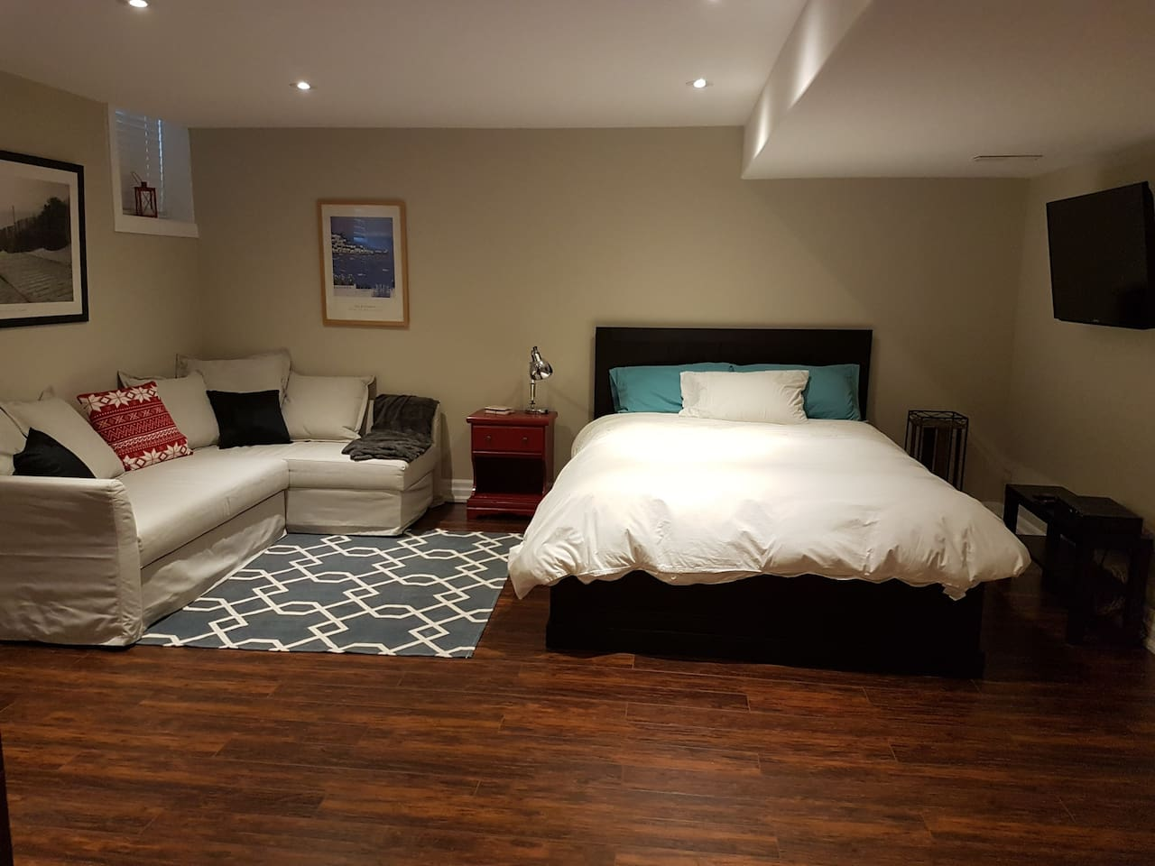 Comfortable private room with Queen bed and pull out sofa