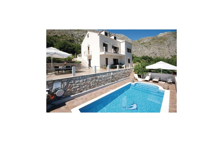 Holiday cottage with 4 bedrooms on 218 m²