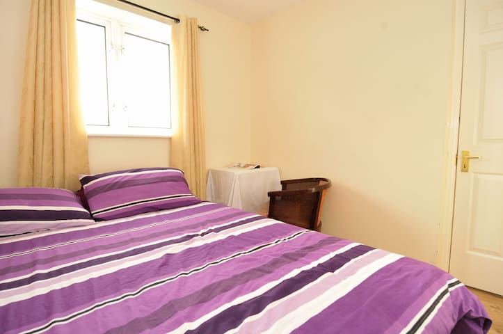 Private B&B Double Room 2 - Wythenshawe - Bed & Breakfast