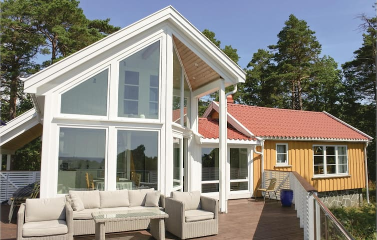Holiday cottage with 4 bedrooms on 116 m² in Færvik