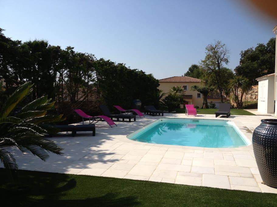 piscine bien exposé soleil pour les un ombre pour ceux qui veulent les serviettes pour la piscine sont fourni